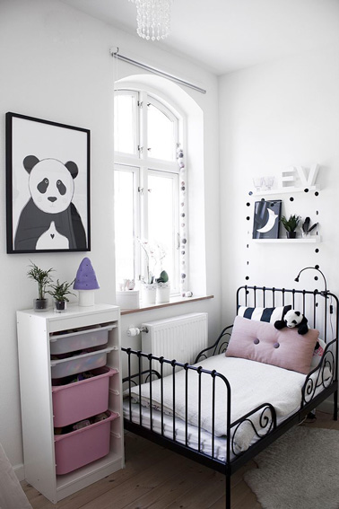 d co de chambre de petite fille aux murs blancs. Black Bedroom Furniture Sets. Home Design Ideas