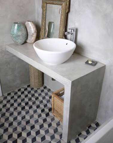 Carreaux de ciment noir et gris pour habiller le coin lavabo de la salle de bain. Peinture murale grise et plan de vasque sur mesure en ton sur ton.