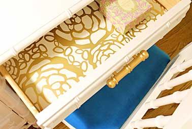 Le papier peint collé donne du peps au fond de tiroir et relooke un meuble ancien. Harmonisez chaque tiroir avec le même papier peint ou dépareillez les tous
