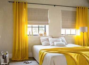 Installez des beaux rideaux pour sublimer la déco de votre chambre. En couleur jaune dans cette pièce, ils apportent de la lumière et créent une ambiance douce