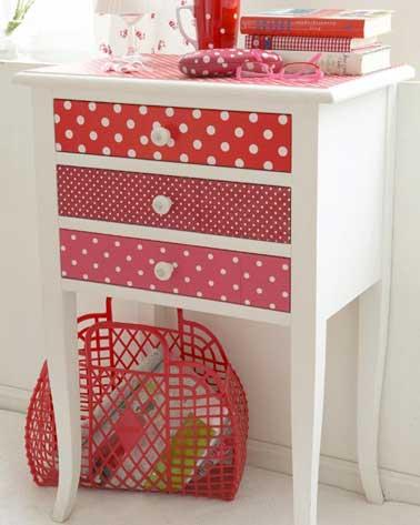 Des chutes de papier peint aux motifs colorés rouges dynamisent cette commode en bois. Un DIY récup facile à faire pour donner de la vie à un vieux meuble