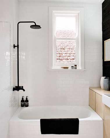 Du noir et blanc en couleur pour une petite salle de bain for Idee carrelage petite salle de bain