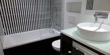 Noir et blanc pour plus de hauteur dans une petite salle for Quelle couleur dans une salle de bain