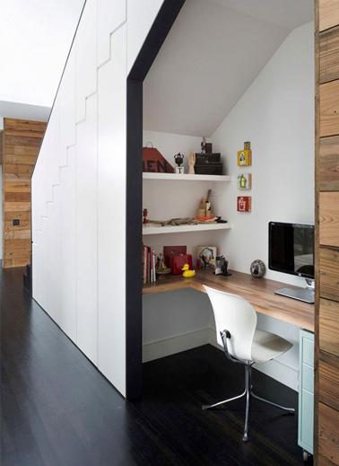 Créez une petite pièce en plus dans la maison et aménagez un joli bureau pour travailler en toute tranquillité sous les escaliers