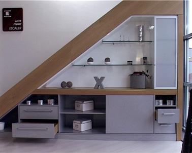 L'espace sous les escaliers est optimisé grâce à l'aménagement d'un meuble de déco et de rangements. Très pratique pour gagner de la place dans la maison.