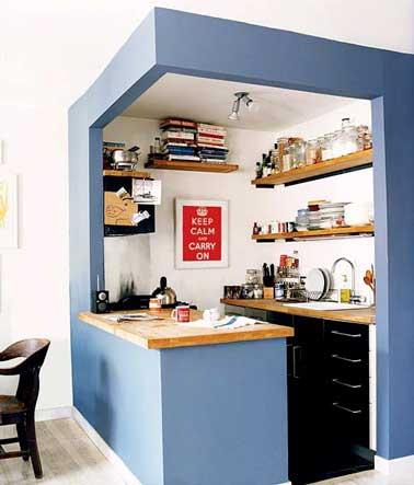 Une couleur de peinture délimite l'espace de cette petite cuisine. Les étagères de rangement envahissent tous les murs de cette cuisine pensée comme un bloc