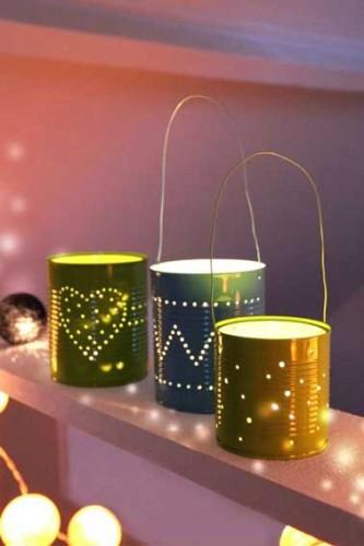 Fabriquez de jolies lanternes de récup à disperser partout dans la maison pour les fêtes ! Percez de jolis motifs dans des boites de conserve, bombez-les avec de la couleur et disposez des bougies chauffe-plat au fond pour une déco scintillante et chaleureuse.
