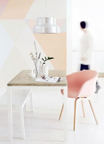 Une jolie déco géométrique sur le mur du salon avec différents tons de couleurs pastel pour une déco tendance et raffinée.