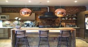 """Le look de loft américain des meubles faitlacuisine industrielle : table, desserte chaise, tabouret de bar en fer et bois ou cuir dans l'esprit industriel… la sélection Déco Cool inspirée de la collection """"industriel""""chez Made In Meubles"""