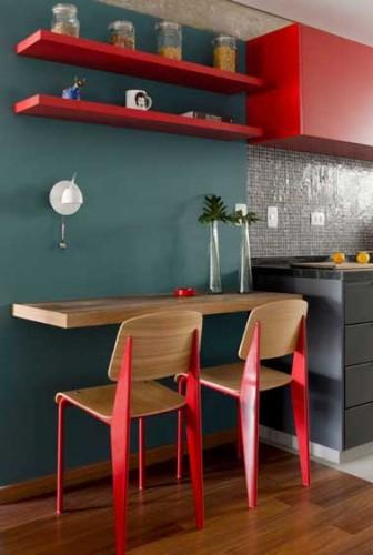 meubles et chaises en peinture rouge dans cuisine grise