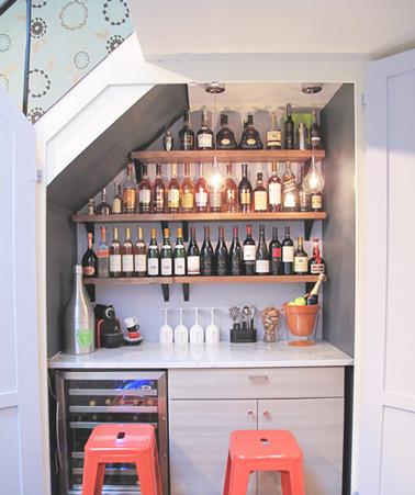 Maximiser l'espace de la maison et aménagez un joli mini-bar sous l'escalier du placard pour un espace convivial et festif