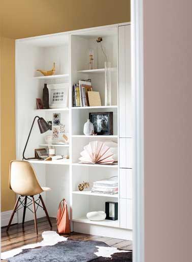 Une ambiance très douce se dégage de ce coin bureau peint en ocre doré. Avec du rose poudre et des meubles blanc, l'ocre doré amène de la légèreté à la pièce