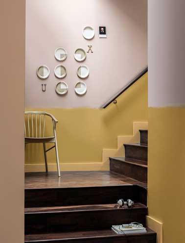 Joyeuse harmonie colorée dans pour l'escalier. Ocre doré, rose poudre et beige clair se répondent en totale harmonie dans une déco lumineuse et contemporaine