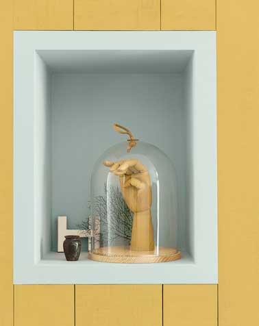 Un lambris peint en ocre dorée donne toute sa valeur à un cadre de couleur bleu ciel. Une bonne idée déco pour aménager un couloir ou une entrée trop étroite