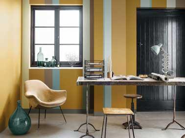 En palette de nuance coordonnée, l'ocre doré amène une ambiance intime. Ici, l'ocre dorée est travaillé avec des rayures de peinture turquoise et chocolat