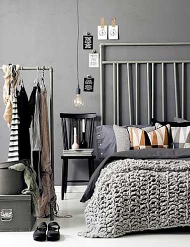 Tête de lit faite avec des tuyaux repeints en gris pour une déco originale de chambre moderne. Couleurs grises et linge de lit ajoutent douceur à la pièce.