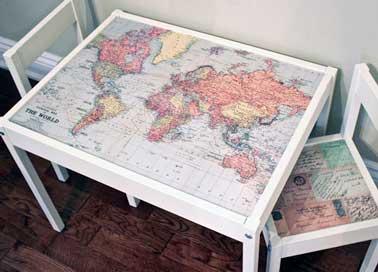 Recouverte d'une carte du monde en papier peint, la table enfant Ikea devient ludique. Les chaises assorties sont relookées avec du papier peint carte postale