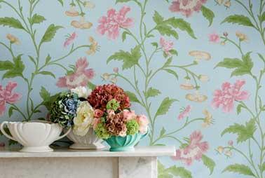 Fleurs vintage sur ce papier peint pastel rose et bleu turquoise. Pour réchauffer la cheminée en marbre blanc. China rose papier peint Little Greene.