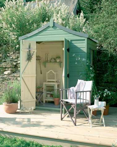Donnez un bon coup de peinture pastel sur la cabane du jardin. Ici l'intérieur et l'extérieur de la cabane sont travaillée avec deux nuances de couleurs
