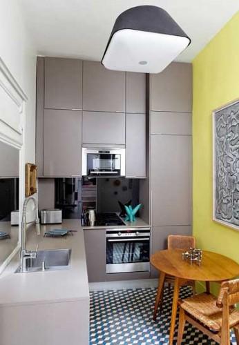 Petite cuisine avec rangement sur mesure en d co design - Cuisine sur mesure petite surface ...