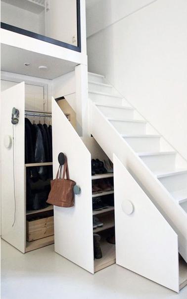 Un rangement dressing sous l 39 escalier ultra pratique for Rangement chaussures sous escalier