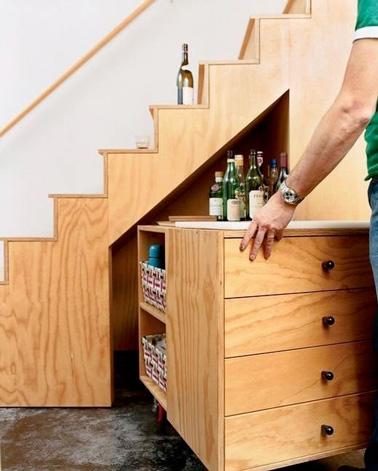 Un meuble mobile très astucieux pour les petits logements, à mettre sous l'escalier pour obtenir plus de rangements et d'espace dans la maison