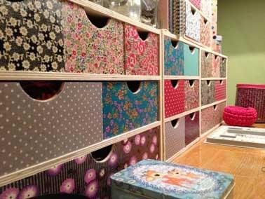 Donnez du souffle au meuble de rangement avec des restes de papier peint colorés et dépareillés. Tapissez chaque casiers avec un décor et des couleurs variés