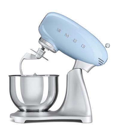 Le robot sur socle Smeg est ultra design, il s'intègre parfaitement dans la déco pour une cuisine moderne et tendance. Incontournable pour toutes vos petites recettes !