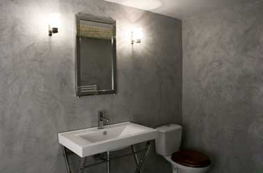 Salle de bain avec murs gris en b ton cir sur carrelage for Salle de bain carrelage gris beton