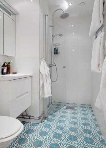Déco mauresque bleu turquoise pour les carreaux de ciment de cette petite salle de bain. Le carrelage et les meubles blancs dans le reste de la pièce calme le jeu.