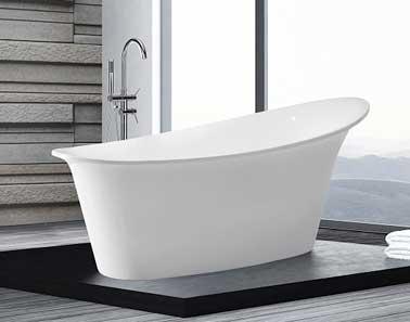 Baignoire îlot design, déco actuelle pour cette petite salle de bain zen aux couleurs gris anthracite. Robinetterie inox. Baignoire Haïti 1 750 € Beliani