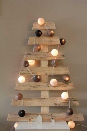 fabriquer son sapin de no l en palette bois. Black Bedroom Furniture Sets. Home Design Ideas