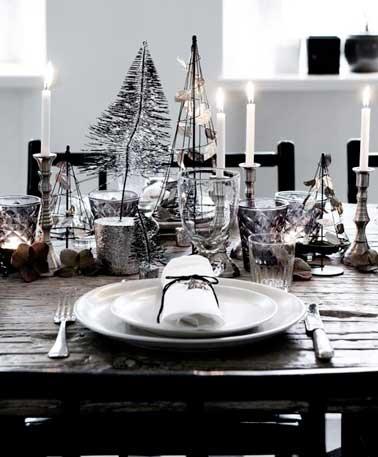 Tendance bohème chic sur cette table de Noël à la déco précieuse. Vaisselle blanche, couverts argent et sapins en métal coloré sophistiquent ce décor noir.