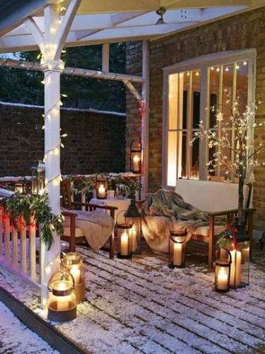 Créez une ambiance cosy et agréable dans vos espaces extérieurs pour Noël et décorez votre terrasse ou votre jardin avec quelques guirlandes illuminées et des bougies dans des jolies lanternes.