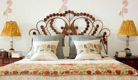 t te de lit en rotin dans une chambre baroque. Black Bedroom Furniture Sets. Home Design Ideas