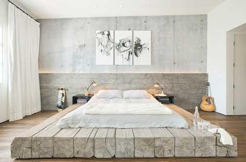 Spectaculaire tête de lit fabriquée en bois de frêne pour une déco de chambre apaisante. Pour plus d'unité, l'estrade du lit est faite avec un bois identique