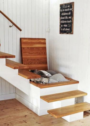 Gagnez de la place avec une trappe ultra pratique dans les escaliers. Idée astucieuse pour un rangement en plus dans la maison.
