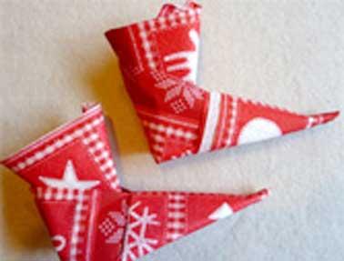 Un pliage de serviette pour les enfants en papier rouge for Pliage de serviette de table pour noel