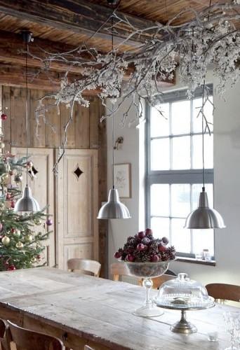 La table de Noël s'embellit d'une belle suspension à la déco givrée. Branchages et éléments décoratifs végétaux s'habillent de peinture métallisée pour les fêtes.