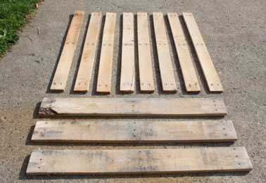 Une palette en bois entièrement démontée