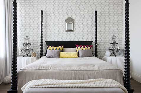 une t te de lit tendance faite avec un mur de briques blanches. Black Bedroom Furniture Sets. Home Design Ideas