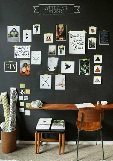 Style bureau de tendance avec ces photos accrochées au mur du bureau avec du masking tape. Une idée rapide pour décorer un petit espace avec trois fois rien