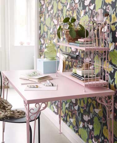 Rose comme couleur de déco sur la table en métal et papier peint motifs fleuris verts font l'esprit jardin du coin bureau. La plante verte joue les rappels