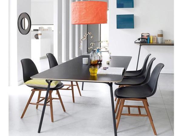Pour une déco chic et élégante, lot de 2 chaises design, coque plastique, assise en ABS, piétement en hêtre teinté noyer vernis nitrocellulosique et patins en plastique. 158,40€ au lieu de 197,90€ (-20%)