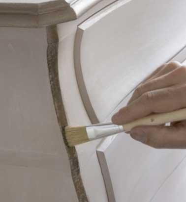 Finissez de patiner le meuble en posant un peu de cire effet bronze ancien Libéron sur les tranches. Lustrez avec un chiffon de laine et admirez le travail
