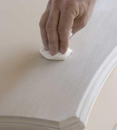 Appliquez une fine couche de cire pour patiner le meuble. Après séchage complet, lustrez à l'aide d'un chiffon de coton. Et vous obtenez une patine naturelle