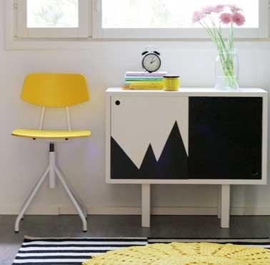 repeindre une commode avec des motifs de peinture noir et blanc. Black Bedroom Furniture Sets. Home Design Ideas