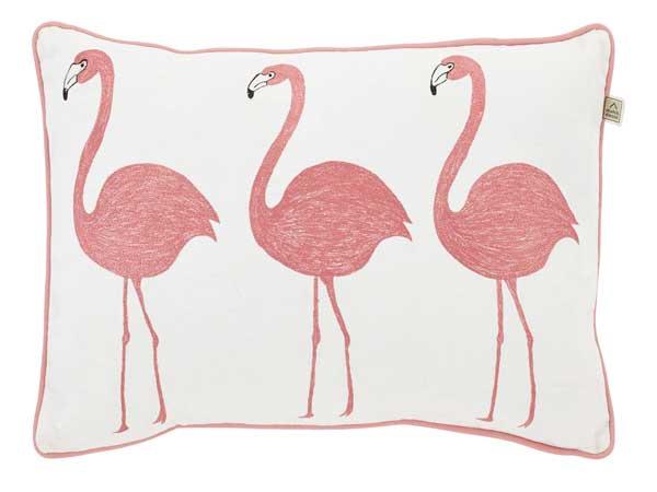 Le coussin couleur rose pantone ajoute une note d'humour partout où il passe : sur un canapé d'angle dans le salon, un petit fauteuil dans l'entrée…
