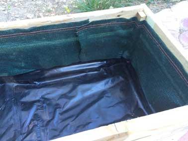 5 - Imperméabiliser le fond de la jardinière avec une bâche :Pour protéger le bois de palette, couvrir le fond de la jardinière d'une bâche de jardinage classique ou à l'aide d'un sac poubelle en plastique épais.  Montez la bâche jusqu'à la moitié de la jardinière pour éviter d'inonder votre terrasse au moment de l'arrosage.6 -  Protéger le haut des palettes de la  jardinière  avec du géotextile :          Avec la même intention de protéger le bois de la jardinière et d'épargner à la terrasse d'être salie de terre lors des arrosage, poser sur le haut non couvert de la jardinière une bâche géotextile à l'aide d'une agrafeuse.