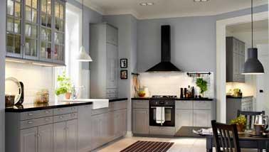 Style indus pour la grande cuisine ouverte sur le salon. Meuble gris métallisé, suspension design noir, crédence imitation carreaux métro blanc la déco est là
